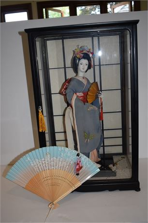 BEAUTIFUL Japanese Geisha Doll in case and fan