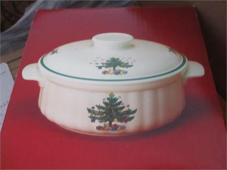 Genuine May & Co NIKKO Christmas Time China 1 1/2 Quart Lidded Casserole Dish